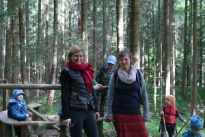 Dr. Simone Strohmayr (roter Schal) mit Kindergartenleiterin Maria Noé im Waldkindergarten Aichach-Klingen im Blumenthaler Forst