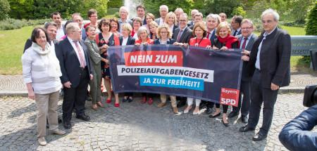 Unmittelbar vor der Plenumsdebatte zum PAG gab es noch mal einen medienwirksamen Protest unserer Abgeordneten vor dem Landtag