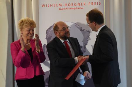 Markus Rinderspacher überreicht den Wilhelm-Hoegner-Preis an EU-Parlamentspräsident Martin Schulz, Laudatorin Gesine Schwan applaudiert
