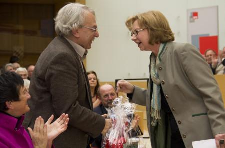 Dr. Andrea Kluxen gratuliert Prof. Dr. Konrad Bedal