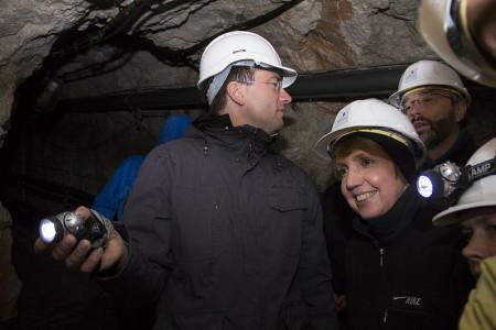 Annette Karl und Florian von Brunn im Tunnel, in dem der Permafrost untersucht wird