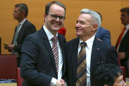 Landtagsvizepräsident Markus Rinderspacher, der SPD-Fraktionsvorsitzende Horst Arnold gratuliert zur Wahl