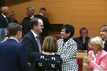 Landtagsvizepräsident Markus Rinderspacher nimmt die Gratulation seiner Vorgängerin Inge Aures entgegen.