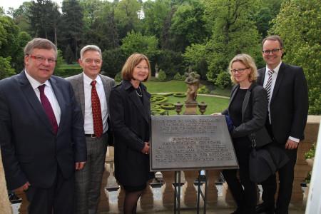 Der SPD-Fraktionsvorstand auf dem historischen Balkon der Deutschen Botschaft in Prag (v.l. Volkmar Halbleib, Horst Arnold, Margit Wild, Natascha Kohnen, Markus Rinderspacher)
