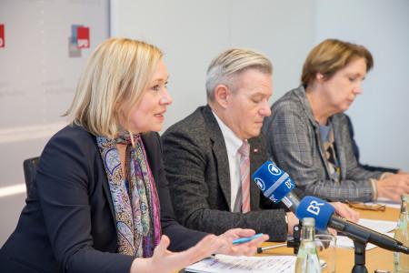 Doris Rauscher auf der Pressekonferenz (im Hintergrund: Horst Arnold und Annette Karl)