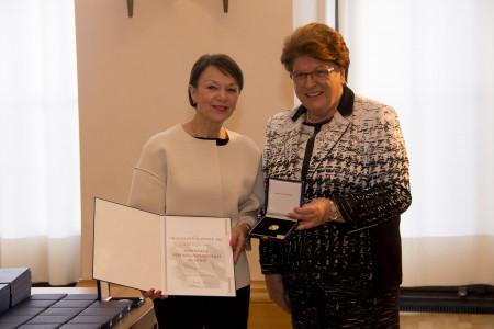 Landtagspräsidentin Barbara Stamm überreicht Helga Schmitt-Bussinger die Medaille