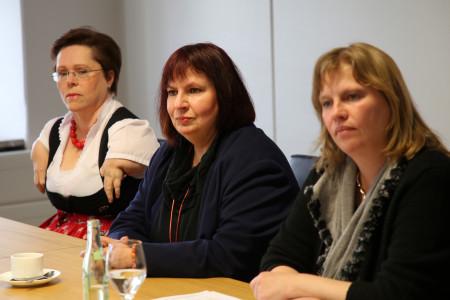 """Die Sozialpolitikerin Ruth Waldmann (rechts) bei der SPD-Pressekonferenz mit Hedi Menge, Vorsitzende des Vereins Assistenzhundewelt und Sibylle Brandt, Vorsitzende der SPD-Arbeitsgemeinschaft """"Selbst Aktiv"""" (von links"""