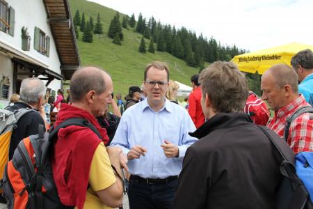 Markus Rinderspacher im Gespräch mit Teilnehmern der Wanderung