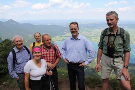 Markus Rinderspacher auf dem Jochberg mit Teilnehmern der Wanderung von der Hintergrund des Kochelsees