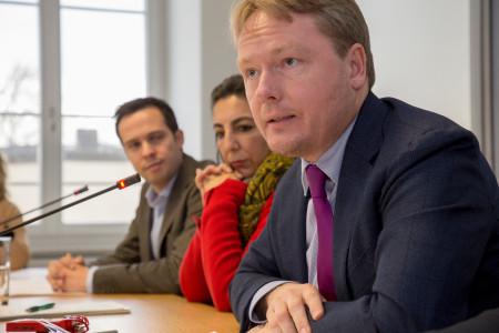 Christian Flisek (rechtspolitischer Sprecher der SPD-Fraktion) auf der PK, im Hintergrund: Gülseren Demirel (Grüne) und Martin Hagen (FDP)