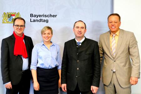 v.l.: Markus Rinderspacher, Katharina Schulze, Hubert Aiwanger, Dirk Oberjasper (Pressesprecher FW)