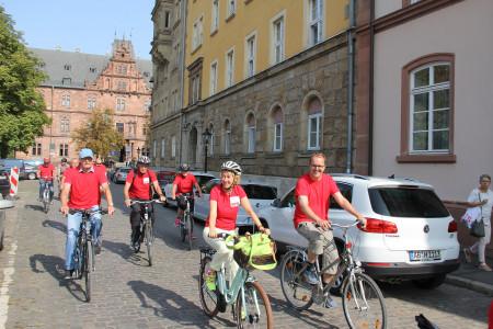Nun geht es endlich auf die Räder. Die Kolonne fährt am Schloss vorbei aus der Altstadt heraus in Richtung Hafen.