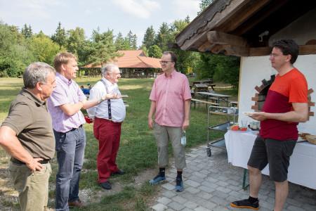 Rinderspacher und von Brunn im Gespräch mit Roland Herzog (zweiter von links) und Roland Herzog (ganz links)