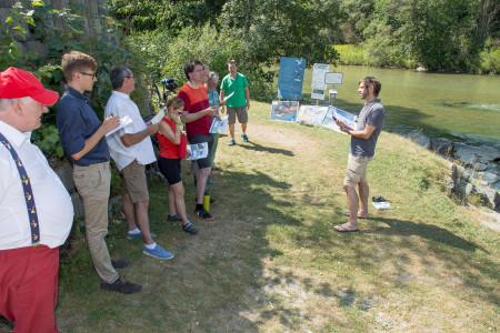Fabian Unger (rechts) im Gespräch mit den Roten Radlern