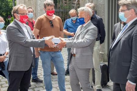_Fraktionschef Horst Arnold nimmt die Unterschriften vor dem Landtag in Empfang._