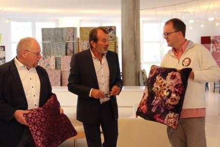 """*Rohleder-CEO Hans Schüssel (Mitte) zeigt Markus Rinderspacher und Klaus Adelt die Teile der """"Home Collection""""."""