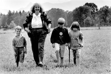 Renate Schmidt mit ihren Enkelkindern