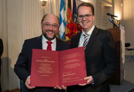 Markus Rinderspacher überreicht den Wilhelm-Hoegner-Preis an EU-Parlamentspräsident Martin Schulz