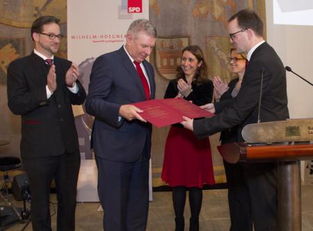 Markus Rinderspacher überreicht Dieter Reiter die Urkunde