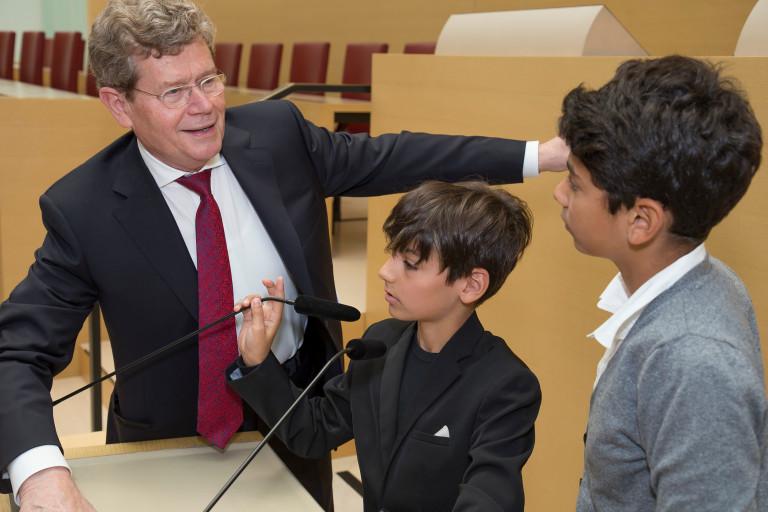 Georg Rosenthal mit den beiden Urenkeln Mannheimers Samuel und Noah