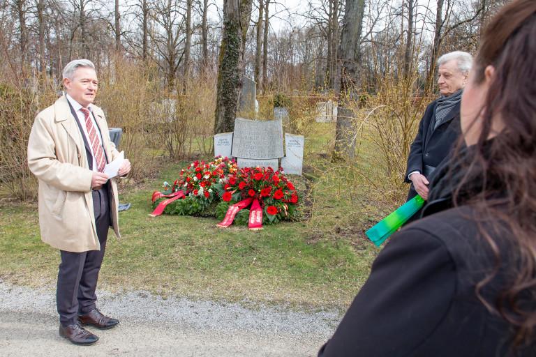 Horst Arnold am Grab von Wilhelm Hoegner