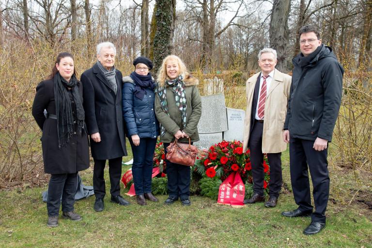 V.l.: Marion Middendorf (Urenkelin von Hoegner), Wolfgang Jean Stock (Enkel), Natascha Kohnen, Alwine Middendorf (Enkelin), Horst Arnold, Florian von Brunn (MdL)