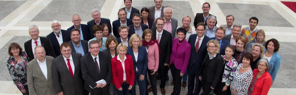 Gruppenaufnahme: Die 42 SPD-Abgeordneten am Treppenaufgang zum Plenarsaal des Bayerischen Landtags