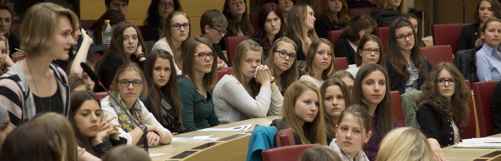 150 Mädchen im Plenarsaal des Bayerischen Landtags