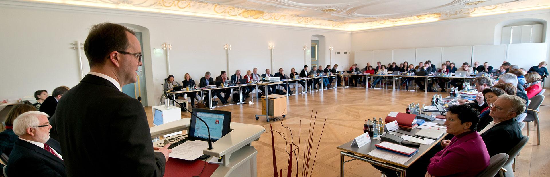 Markus Rinderspacher am Rednerpult vor der BayernSPD-Landtagsfraktion
